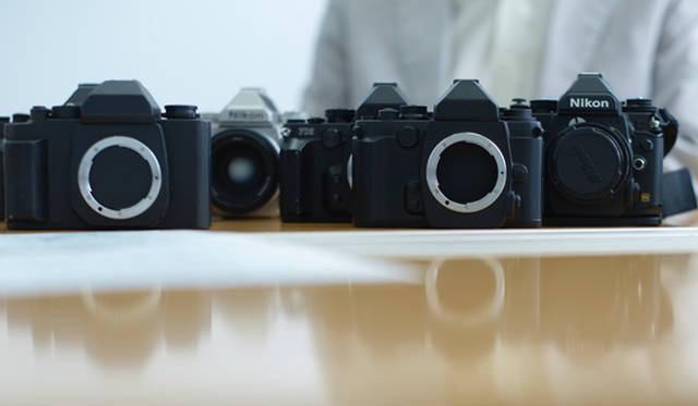手前のふたつのカメラは、ニコン「Df」のモックアップ(木型)
