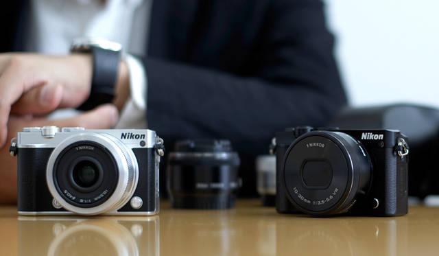 「Nikon 1 J5」は、高級感と操作性を追求した小型・軽量ボディー に、撮影意欲をかき立てるメカニカルなダイヤルや、高級感のある金属の質感などを盛り込んだ。従来機のシンプル・ミニマルに徹するデザインにくわえ、アナログな操作系を備え、撮る楽しさともつ喜びが感じられる <br> <br> <strong>ニコンカスタマーサポートセンター ナビダイヤル</strong> <br>Tel. 0570-02-8000<br>http:www.nikon-image.com/<br>