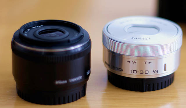 「Nikon 1 J5」のダブルレンズキットには、「1 NIKKOR VR 10-30mm f/3.5-5.6 PD-ZOOM」「1 NIKKOR 18.5mm f/1.8」の2本のレンズが付属。レンズを交換して、幅広いシーンで美しい写真を残すことができる。コンパクトデジタルカメラ並みのサイズ感ながら、多彩な撮影を楽しむことができる  <br> <br> <strong>ニコンカスタマーサポートセンター ナビダイヤル</strong> <br>Tel. 0570-02-8000<br>http:www.nikon-image.com/<br>