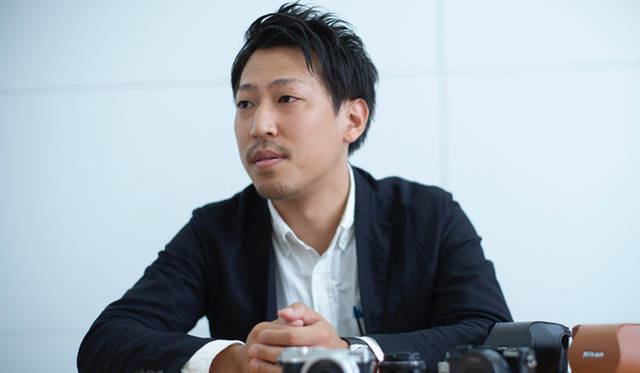 ニコン映像事業部 デザイン部プロダクトデザイン課の小林達也さん。「Nikon 1 J5」のデザインを担当し、従来の「Nikon 1シリーズ」から高級感をました、あらたなデザインを生み出した