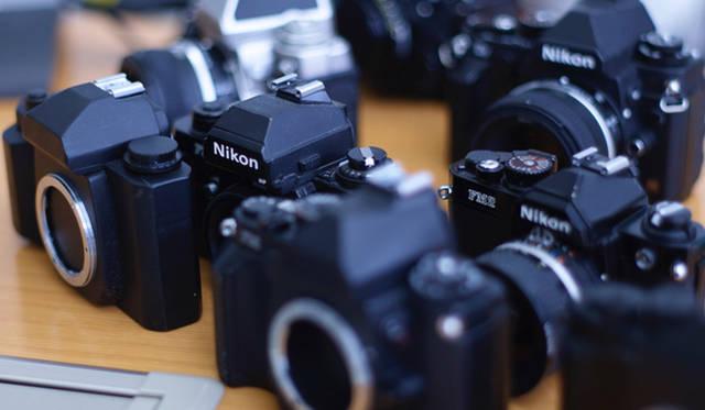 モックアップ(木型)と、設計時にデザインを参考にしたというニコン「Fシリーズ」などのフィルムカメラ
