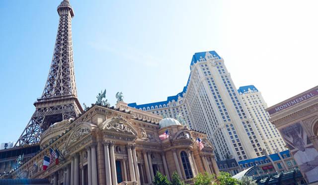 エジプトの砂漠からモンテカルロ、パリのエッフェル塔、ニューヨークの摩天楼。世界の観光名所をモチーフにしたホテルが立ち並ぶようすは、まるでテーマパークのよう