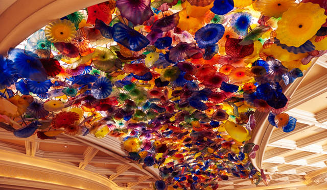 アンコルクドの初日、祭典のはじまりを告げるキックオフイベントは、噴水ショーで有名なホテル「ベラージオ」でおこなわれた。写真はロビーに広がる美しい天井装飾