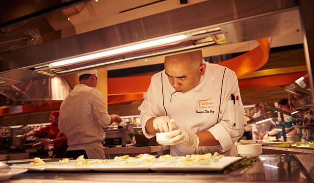 ニューヨークで大成功を収めた日本人シェフ、マサ・タカヤマ氏の店「マサ」のスタッフが和食を担当