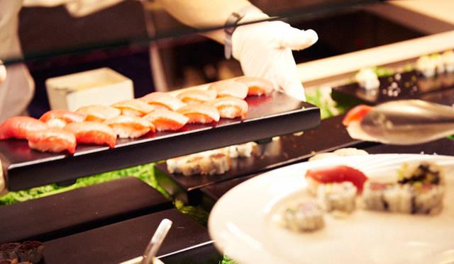 「マサ」のお寿司コーナーにはひっきりなしに行列ができていた。シェフのタカヤマ氏は毎日、築地市場から魚介類を仕入れているそうだ