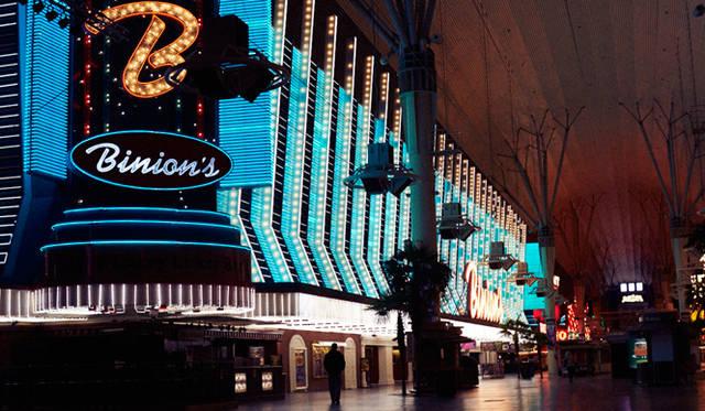 ラスベガスといえば、カジノの街。そのイメージに違いなく、空港から街中までいたるところでカジノを見かけた。だが、最近では、グルメやショー、ショッピングなどエンタメ産業が急成長し、カジノの売り上げを上回るまでになったそうだ