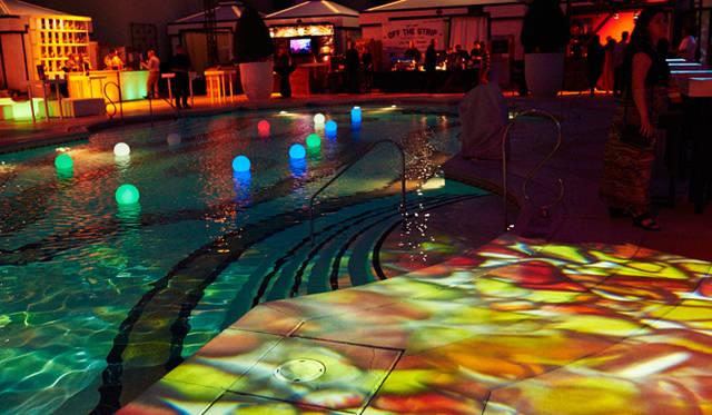 毎年、イベントの最後にはプールに飛び込むひとがいるそうだが、今年はいかに……