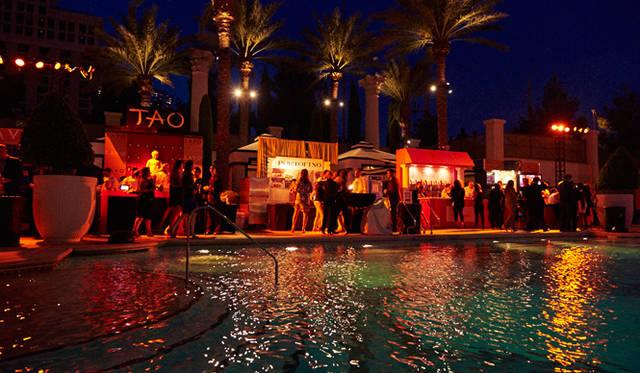 「シーザーズ・パレス」の広大なプールサイドを舞台に、75人以上の一流シェフが料理を振舞った