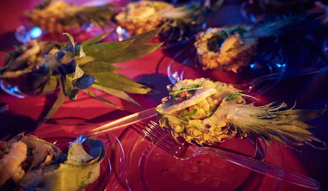 「マサ」はパイナップルを器に、イカなどの魚介類をフルーティーな味付けで仕上げた、南国ムード漂う一品を用意していた
