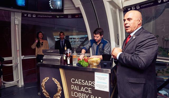 キャビンのなかでは、モダンカクテルで有名なバーテンダー、トニー・アボウ=ガニム氏(写真右)がラスベガスの最新カクテル事情を指南。グルメシーンのトレンドに追随して、カクテルの世界でも、最近は新鮮な食材を使ったカクテルが人気を集めているという