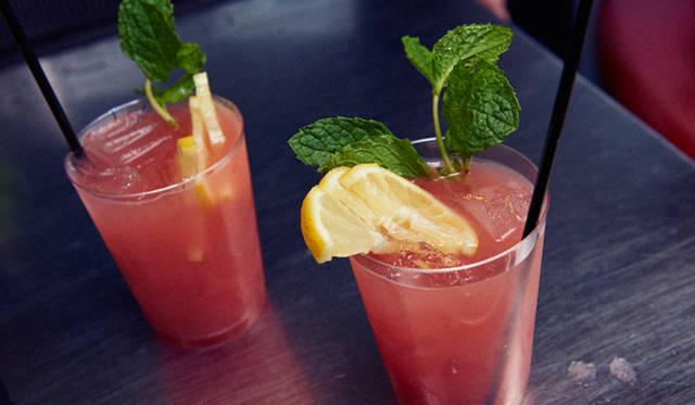 「モンキー・シャイン」は、採れたてのレモン果汁とジンジャエール、コアントロー、ウォッカをミックスし、カンパリでフレッシュな風味をくわえたもの。これからの季節にぴったりの一杯だ