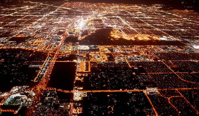 上空から見たラスベガスのようす。真っ暗ななかに、突如あらわれる煌々とした明かり。砂漠につくられた人工的な街だということがよくわかる。本特集の第二弾ではストリップの外にも足を伸ばし、さらにラスベガスのグルメシーンの奥深くまで迫る