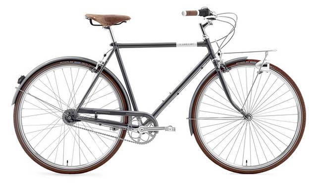 <strong>Creme Cycles|クレム・サイクルズ</strong><br />CREME CYCLES 2015<br />美しいラグドスチールフレームを中心に構成されたカフェレーサー・ドッピオ・マン。チューブが太くアルミニウムが印象的で、このクラスのバイクでは最高級のBrooks(ブルックス)社製レザーサドルを装備。メンテナンスフリーの7速内装変速ハブがどんな路面でも快適な走行を実現する。「CAFERACER DOPPIO MAN」(gray)