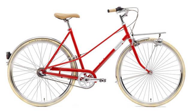 <strong>Creme Cycles|クレム・サイクルズ</strong><br />CREME CYCLES 2015<br />カフェレーサーのウィメンズモデルは、ダブルトップチューブが印象的な、美しい「Mixte(ミキスト)」スタイルのステップスルーフレームを中心に構成。「CAFERACER SOLO LADY」(red)12万4200円