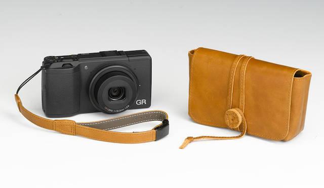「GR II 直販限定セット」。カメラ本体にくわえ、本革のストラップとラッピングケースが付属。直販サイトでの価格10万8540円