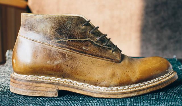 ノルウィージャン・ウエルテッド式製法で作られたブーツ。アッパーとソールを繋ぐエッジの部分は、約500のハンドステッチが施されている。