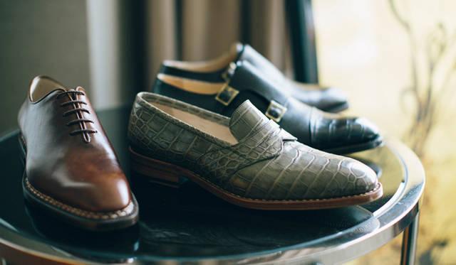 左から2番目の靴は、クロコダイルを使ったローファー。独特な色味で、モダンな雰囲気に仕上がっている。