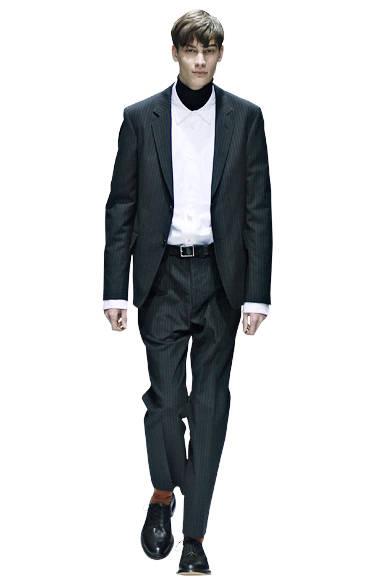 "<a href=""/brand/margaret-howell""><strong>MARGARET HOWELL|マーガレット・ハウエル</strong></a><br>2015-16年秋冬コレクションのファーストルック。モーニングストライプのセットアップに、ツイル素材の新型のシャツを合わせている。"
