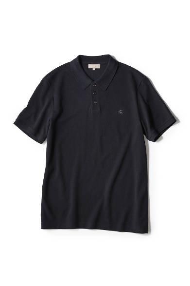 """<a href=""""/brand/margaret-howell""""><strong>MARGARET HOWELL マーガレット・ハウエル</strong></a><br>ウォーカーマークと呼ばれる、2人の男女が歩いている刺繍を胸元にあしらったカノコ素材のポロシャツ。このロゴは、ブランド創設から2002年まで使われていたもの。フロントのボタンの間隔を短くすることで、すっきりとした印象に。0万0000円"""