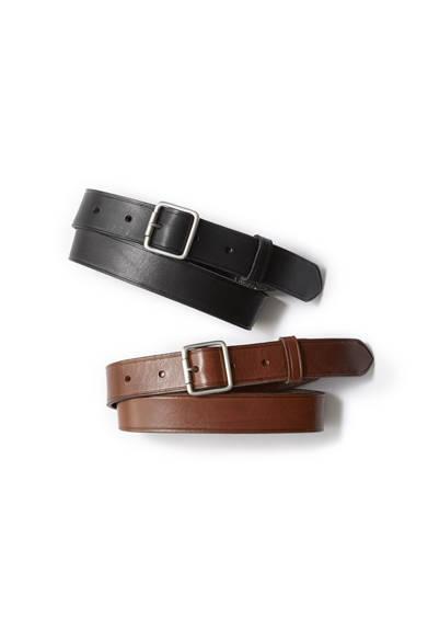 """<a href=""""/brand/margaret-howell""""><strong>MARGARET HOWELL マーガレット・ハウエル</strong></a><br>小ぶりなバックルに特徴のあるベルトは、厚みのあるしっかりとしたカーフレザーを使用。ベーシックなデザインで、ビジネスからカジュアルまで幅広いコーディネートに対応する。ブラックとブラウンの2色展開。各1万7280円"""