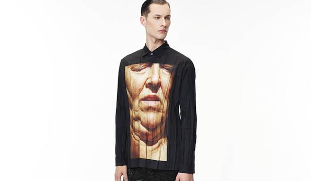 <strong>ISSEY MIYAKE MEN|イッセイ ミヤケ メン</strong><br />「Code Unknown」シリーズ のTシャツ 2万1600円 &#169;FUJIWARA Satoshi
