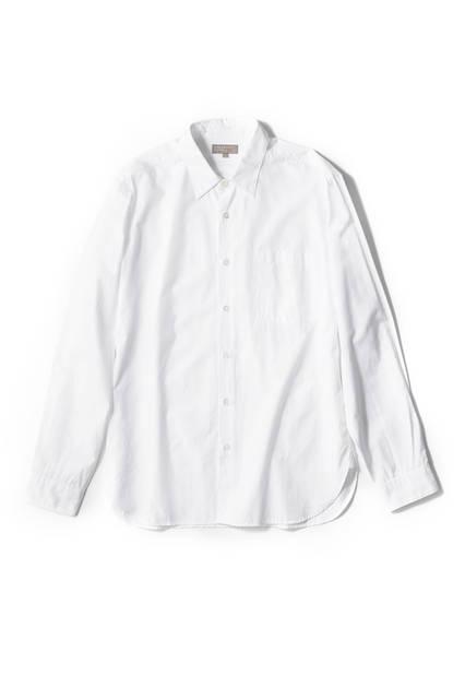 """<a href=""""/brand/margaret-howell""""><strong>MARGARET HOWELL マーガレット・ハウエル</strong></a><br>毎シーズン、変わらない素材とデザインで展開されるコットンシャツは「マーガレット・ハウエル」の代名詞と言える。トレンドに左右されない飽きのこないベーシックなデザインは、一年通して、さまざまなコーディネートに合わせることができる。2万8080円"""