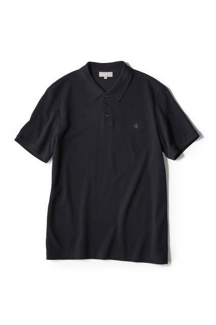 """<a href=""""/brand/margaret-howell""""><strong>MARGARET HOWELL マーガレット・ハウエル</strong></a><br>ウォーカーマークと呼ばれる、2人の男女が歩いている刺繍を胸元にあしらったカノコ素材のポロシャツ。このロゴは、ブランド創設から2002年まで使われていたもの。フロントのボタンの間隔を短くすることで、すっきりとした印象に。1万5120円"""