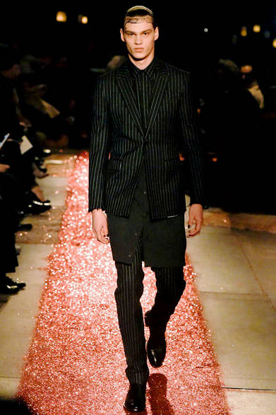 """<strong><a href=""""/brand/givenchy-by-riccardo-tisci"""">Givenchy by Riccardo Tisci <br/> ジバンシィ バイ リカルド ティッシ</a></strong><br /><br /> <a href=""""/gallery/1066104"""" class=""""link_underline"""">2015-16秋冬 メンズコレクションより</a>"""