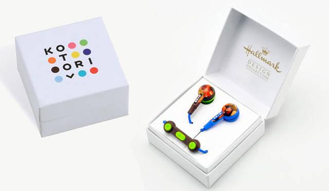 <strong>KOTORI|コトリ</strong><br />コラボレーションイヤフォン「KOTORI 101 meets Hallmark」 アクセサリー箱のようなジュエルボックス型パッケージデザインはプレゼントにも最適 &#169; Hallmark Cards, Inc.