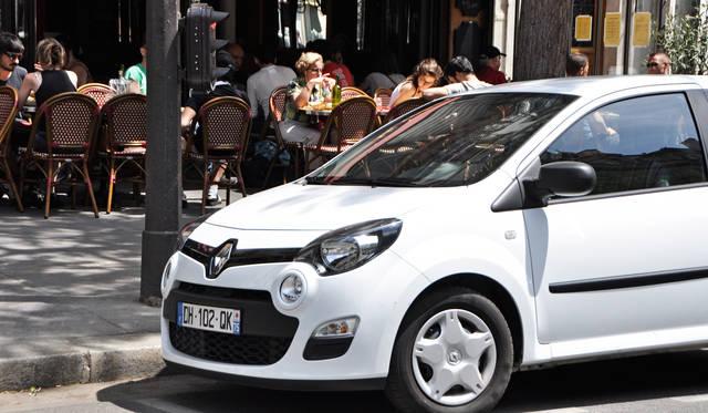 カフェのテラス、路上駐車のクルマ、低い位置のレトロデザインの信号機などパリの街になくてはならない