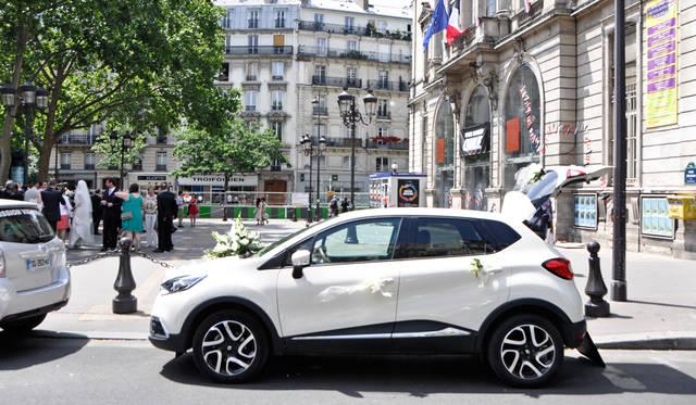 花嫁と花婿は飾られたクルマに乗って、市役所前から結婚式場へ向かう。パリの週末によく見かける光景