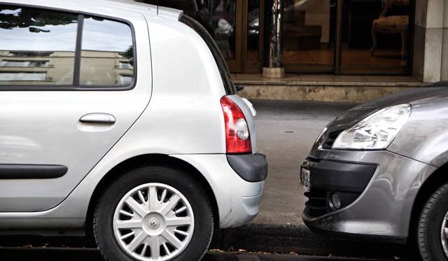 日本では考えられないような駐車方法。ある意味フランス人は自由