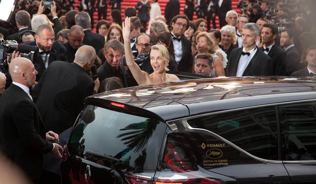 俳優ショーンペンとともにあらわれたのは、女優のシャーリーズ・セロン