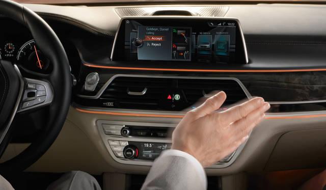 手をかざして動作をするだけでiDriveを操作できるジェスチャ機能