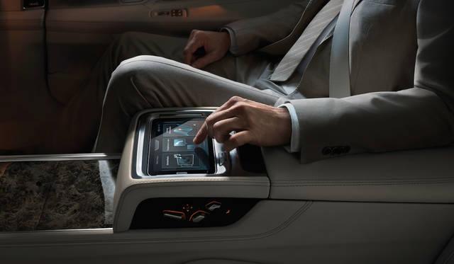 エクスクルーシブ ラウンジパッケージのリアシートには、取り外し可能な7インチのタブレットコンピューターが備わり、このデバイスを用いて後席のゲストがシートポジションやエアコン、オーディオなどを操作可能