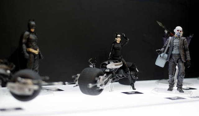 <strong>MEDICOM TOY|メディコム・トイ</strong><br />「MEDICOM TOY EXHIBITION &#8217;15」 右/MAFEX THE JOKER(銀行強盗版)、中央/MAFEX SELINA KYLE、MAFEX BATPOD<br />BATMAN and all related characters and elements are trademarks of and &#169; DC Comics. <br />(s15)