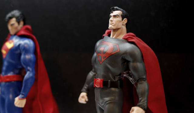<strong>MEDICOM TOY|メディコム・トイ</strong><br />「MEDICOM TOY EXHIBITION &#8217;15」 RAH スーパーマン(THE NEW52 Ver.)、RAH スーパーマン(REDSON Ver.)<br />SUPERMAN and all related characters and elements are trademarks of and &#169; DC Comics. <br /> (s15)
