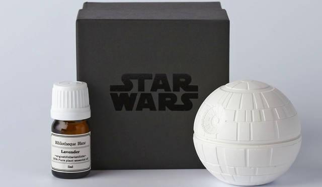 <strong>Bibliotheque Blanc|ビブリオテーク ブラン</strong><br />「STAR WARS / アロマオーナメント」 銀河帝国の最終兵器としてつくられたDeath Starをモデルにした白いDeath Star。「Death Star(デススター)」5400円 &#169; & &#8482; Lucasfilm Ltd