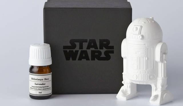 <strong>Bibliotheque Blanc|ビブリオテーク ブラン</strong><br />「STAR WARS / アロマオーナメント」 エピソード4の初演よりSTAR WARSを象徴するアイコン。「R2-D2(アールツーディーツー)」5400円 &#169; & &#8482; Lucasfilm Ltd