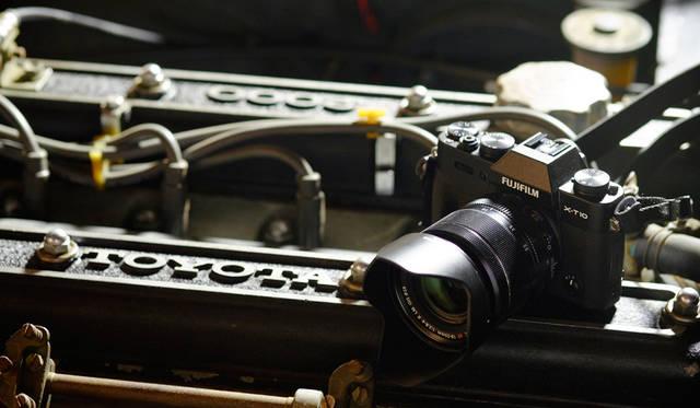 カメラ|FUJIFILM X-T10 18-55mm レンズキット<br>車両|トヨタ「2000GT」<br>撮影協力|NPO法人(魔方陣スーパーカーミュージアム)ToSCA<br><br><strong>FUJIFILM X-T10 18-55mm レンズキット</strong><br> 実勢価格|12万円前後<br><br> 富士フイルム FinePixサポートセンター<br>Tel. 050-3786-1060<br>http://fujifilm.jp/<br>