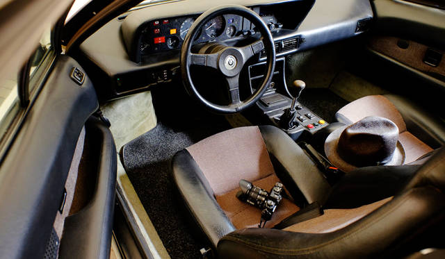 カメラ|FUJIFILM X-T10 18-55mm レンズキット<br>車両|BMW「M1」<br>撮影協力|NPO法人ToSCA(魔方陣スーパーカーミュージアム)