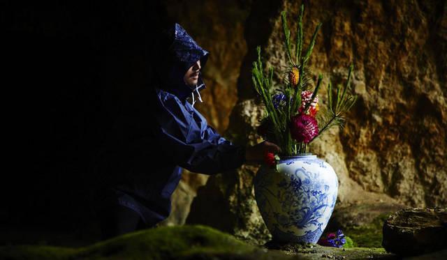 <strong>花器研究所</strong><br />プロジェクト第一弾「Eight Kunshi」 7月4日に佐賀県有田町の泉山磁石場でおこなわれたインスタレーション「BLUE FLOWER REBELLION」 &#169; shiinoki / AMKK