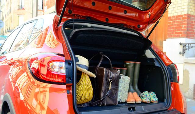 ルノー キャプションの魅力は、そのコンパクトな外観から想像できない収納力。カンパーニュへは必需品の長靴やサボをたっぷり積め込んで