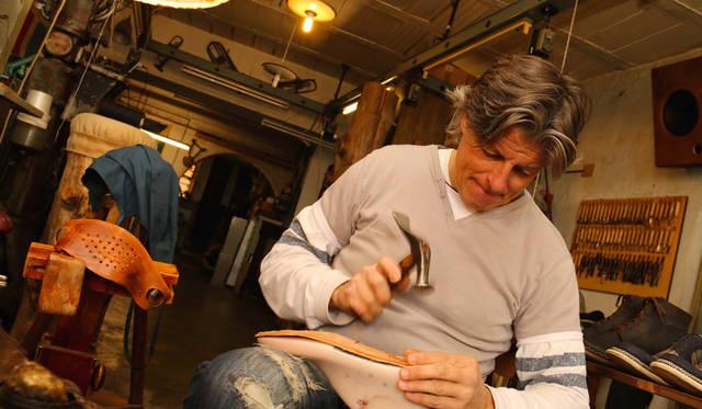 「昔からイタリアの靴は『52の工程が要る』といわれるほど、手間をかけた贅沢なプロダクトです」と語る、靴職人ドリアーノ・マルクッチさん