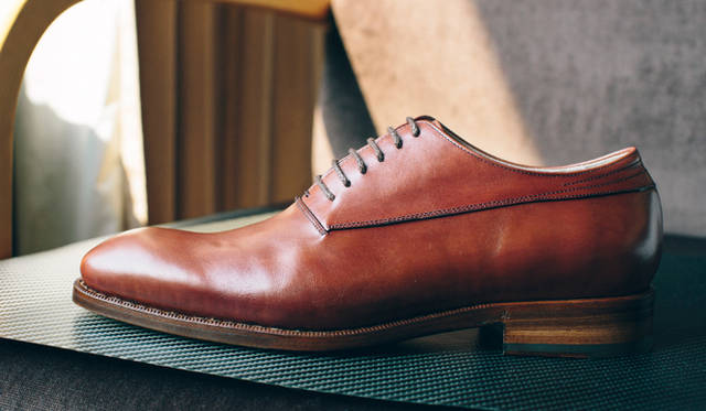 An Oxford shoe (whose eyelet for lacing is stitched underneath the vamp), adequate especially for sophisticated occasion. Its distinctive color is the gift thanks to the harmony of bordeax and mustard blended in perfection to match his inspiration.