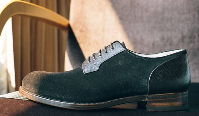 Derby shoe (whose eyelet for lacing is stitched over the vamp) in swede. Mariani's hands magically realize the perfectly well-balanced effortless-elegant model.