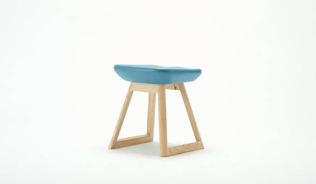 <strong>karimoku|カリモク家具</strong><br />デザイン:ドリルデザイン「TOKYO スツール/ SAYONARA 国立競技場」(限定数:350脚)