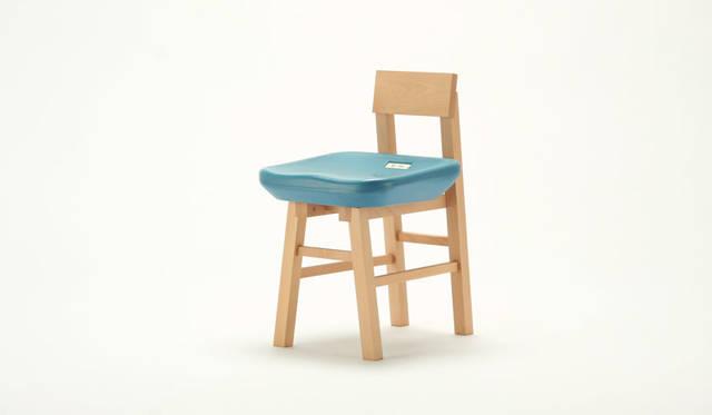 <strong>karimoku|カリモク家具</strong><br />デザイン:白鳥浩子「pony チェア/ SAYONARA 国立競技場」(限定数:150脚)