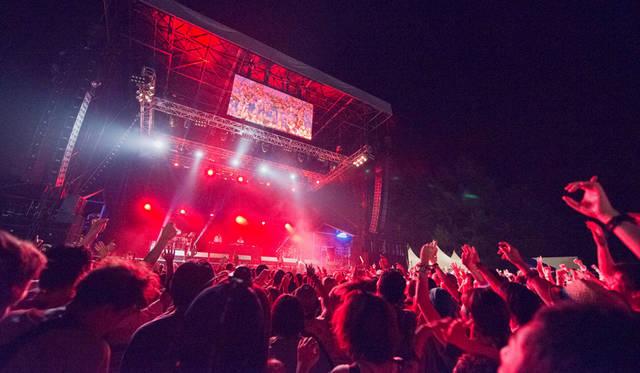 「自然と音楽の共生」を掲げる「フジロック・フェスティバル」。夏のレジャーの大定番となった本イベントには、今年も海外のビッグネームや玄人も満足の多彩なアーティストが登場する。<br> 日程|7月24日(金)~7月26日(日)<br> 場所|新潟県南魚沼郡 湯沢町三国202 苗場スキー場<br> http://www.fujirockfestival.com/<br> PHOTO:宇宙大使☆スター