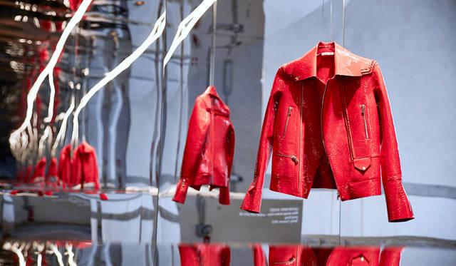 レディースウェアのスペシャル・ゲストデザイナーは、ロンドンに拠点を置くカナダ人デザイナーのトーマス・テイト氏。会場では、鏡面の什器を使用したプレゼンテーションがおこなわれた<br/>©Pitti Immagine